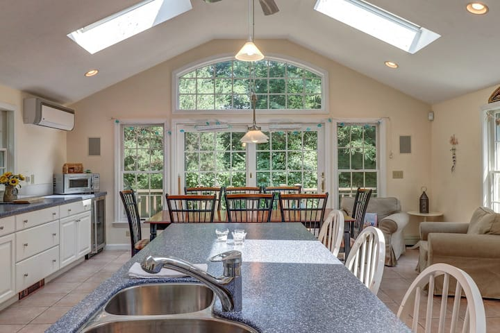 Family home with a gourmet kitchen & tons of nearby beaches!
