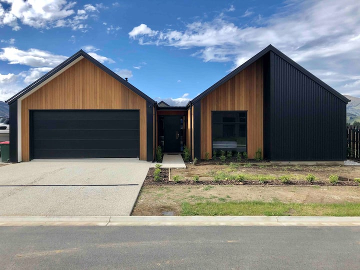 Wanaka Entertainer with Incredible Mountain Views