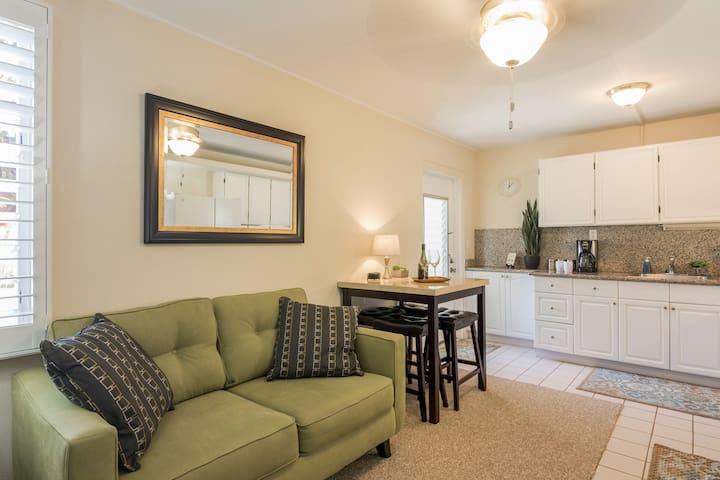 Clean & comfortable, private apartment-AC & lanai