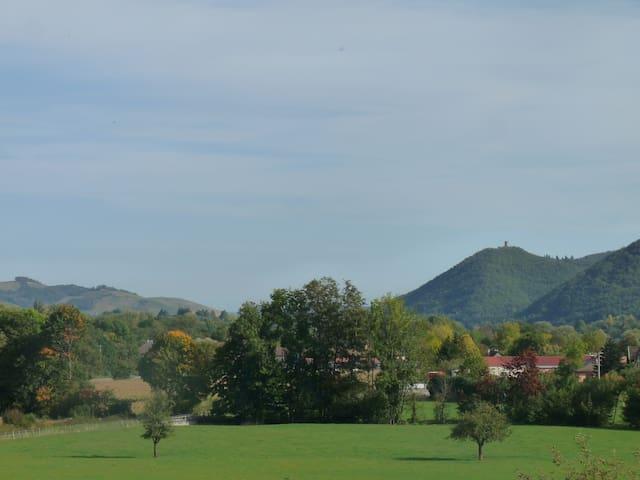 A flanc de colline avec vue sur la vallée.