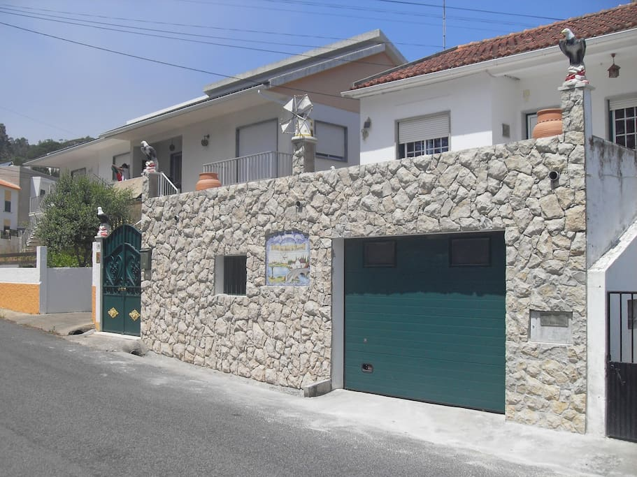 Foto da frente da Casa Serra da Pescaria - Entrada principal e garagem