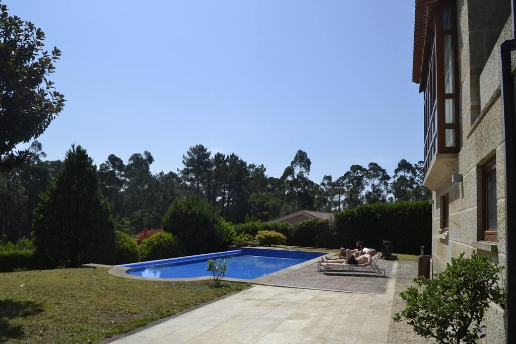 Casa cl sico moderna con piscina en tui chalets for rent for Casas con piscina en galicia