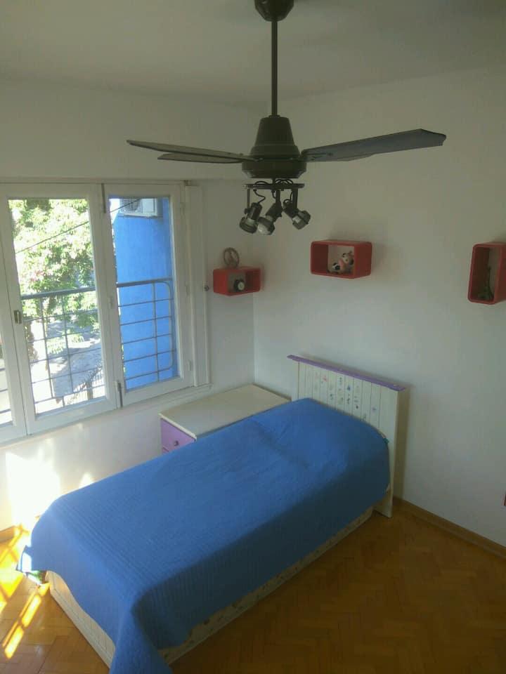 habitación individual luminosa