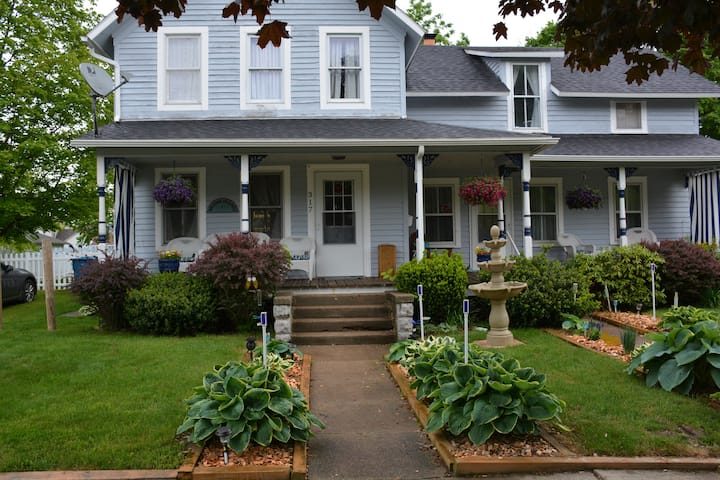 South Haven Cottage walk to downtown WINTER DEALS