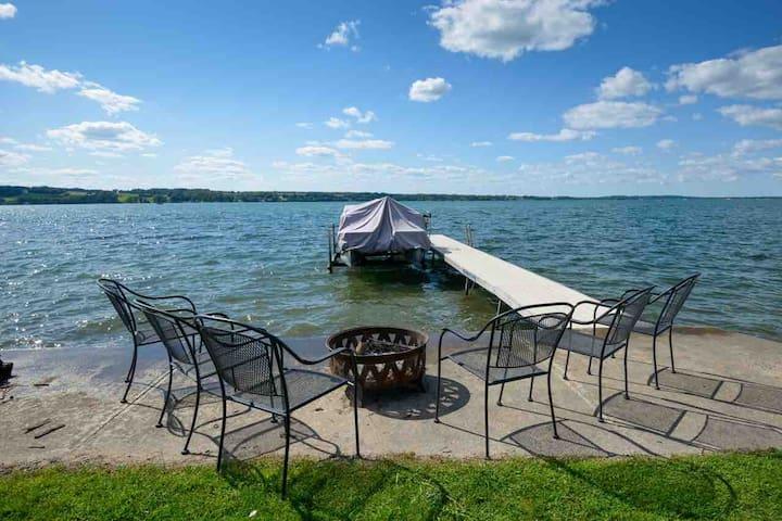 Owasco Lakefront. A/C, Fast Wifi & Best Lot
