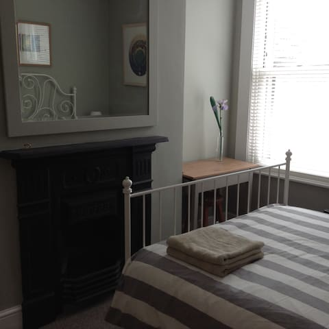 Room in calm peaceful house 1 mile city centre.