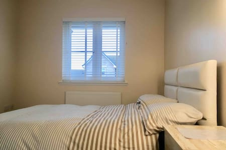 Lovely bright double room, near seafront & cliffs.