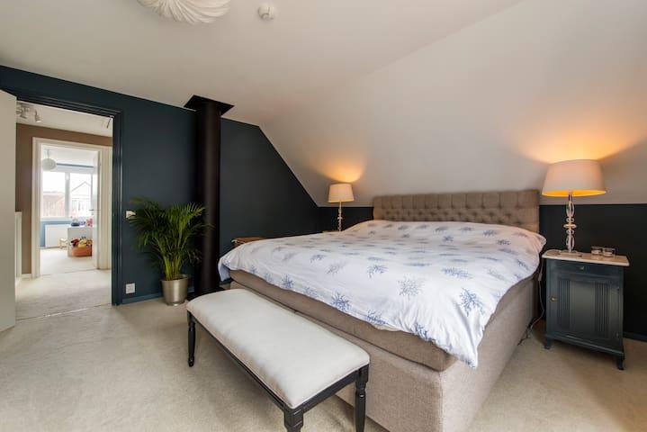 Bedroom 1: Masterbedroom King bed Bedsize 180cm * 200cm.  Walk-in-closet
