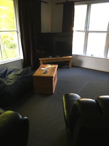 Quiet room in brick house - Turangi - Casa