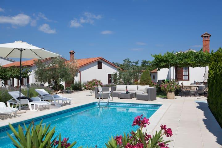 Villa Ivona - ลาบิน - วิลล่า