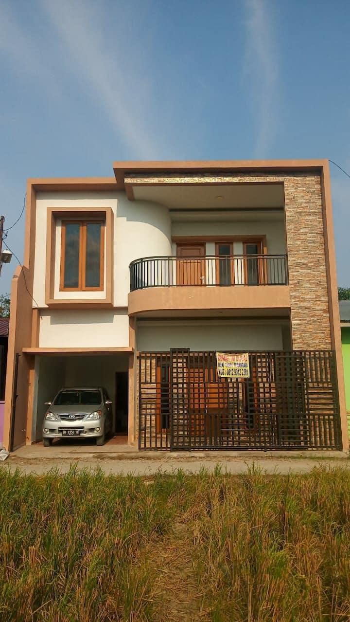 Rumah 2 Lantai dengan Pemandangan Padi yang nyaman
