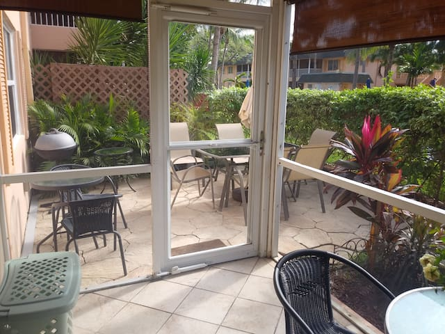 Beach Condo 1 bedroom/ Great lake and pool view