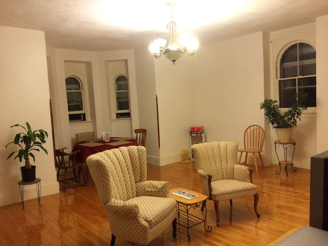 Spacious 1500 sqft apartment next to Smith College