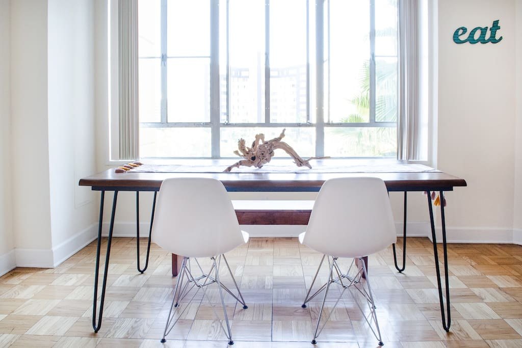 large dining table that seats up to 6-7 people