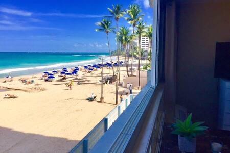 Oceanfront and On the Beach Studio Apartment - San Juan - Lejlighedskompleks