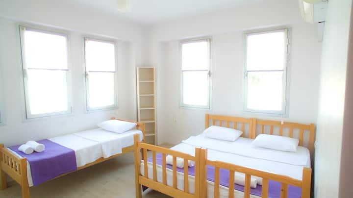 Fethiye merkezde kiralık banyolu 3 kişilik oda
