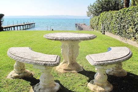 Sirmione garden and jetty lake front - Sirmione - Apartmen