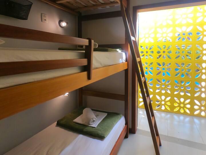 Cama em dormitório a 7 minutos a pé da Praia!