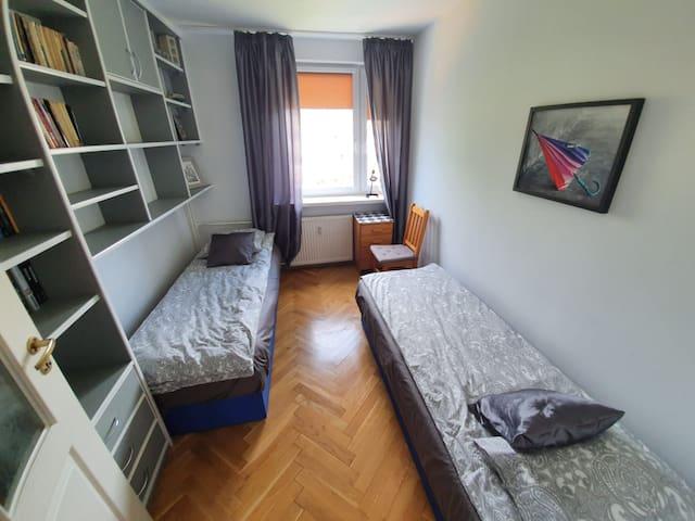 Pokój z dwoma łóżkami /wymiary łóżka 80x200/, widok okno