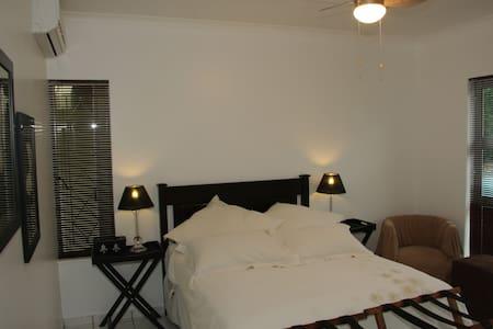 Araluen Cottage Benoni, en-suite room. - Benoni