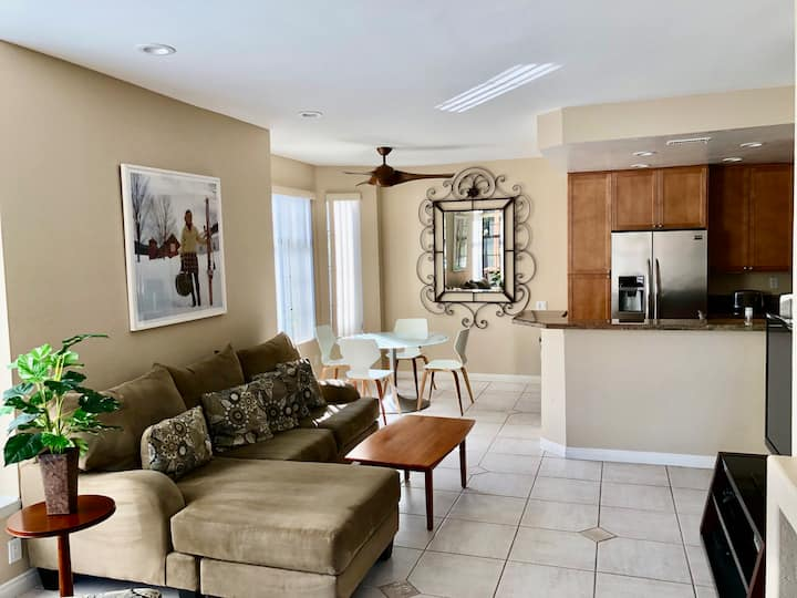 Del Mar Heights 2 bed 2 bath, bright & updated