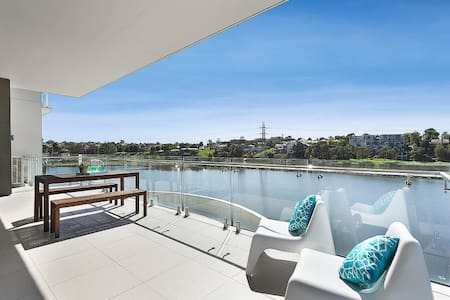 Absolute waterfront. Stunning. Wheelchair access. - Maribyrnong - Apartamento