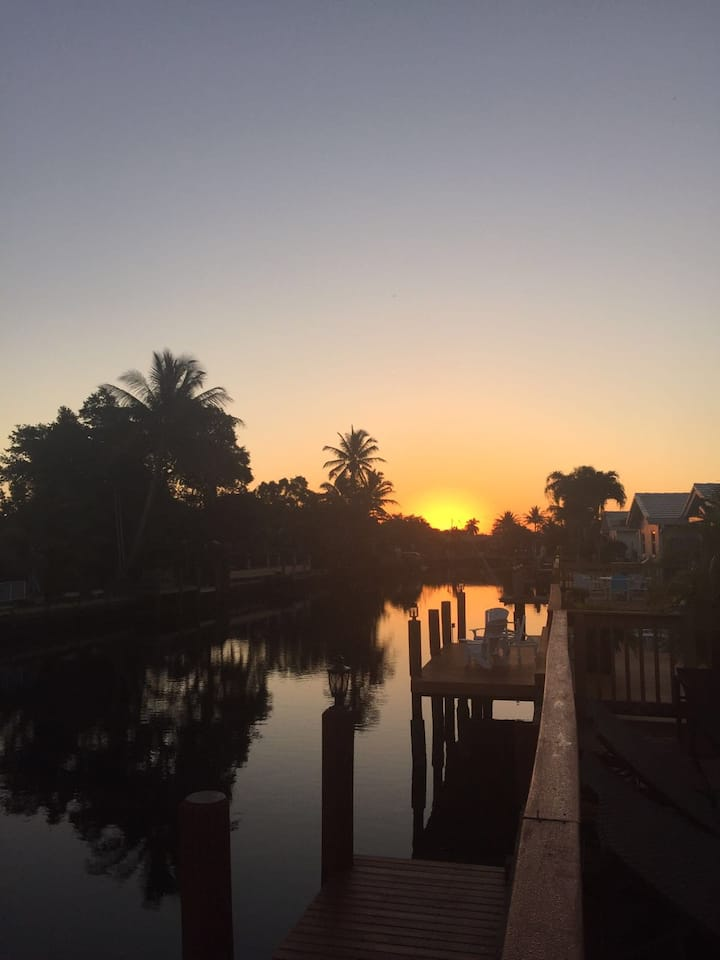 4/2 screened pool, dock, canal. Bermuda's Secret