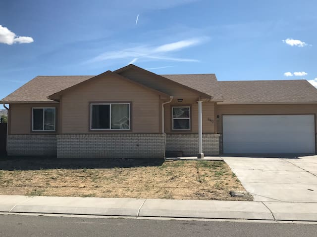 Modern, king bed, Wineries, I70, sleeps 9, central