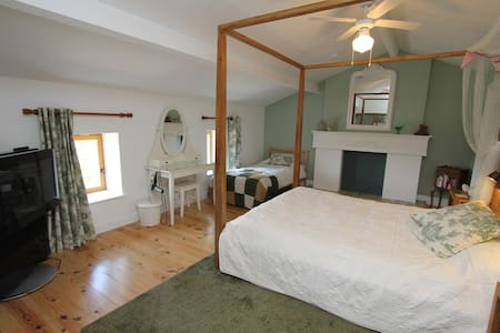 The 'Green Room' B&B - king sized bed - sleeps 2 - Étusson