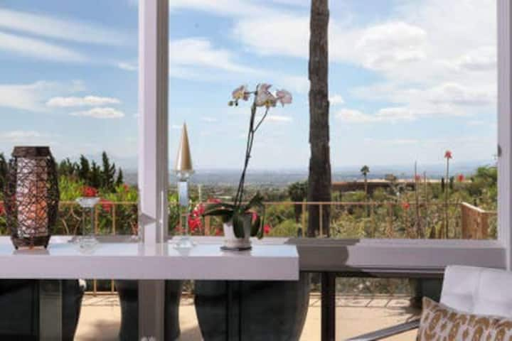 Manhatten Style Condo with Tucson City Lights!