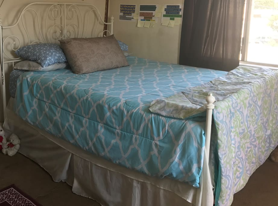 Queen size bd,very comfy memory foam mattress. Hope you enjoy the walls/decor.