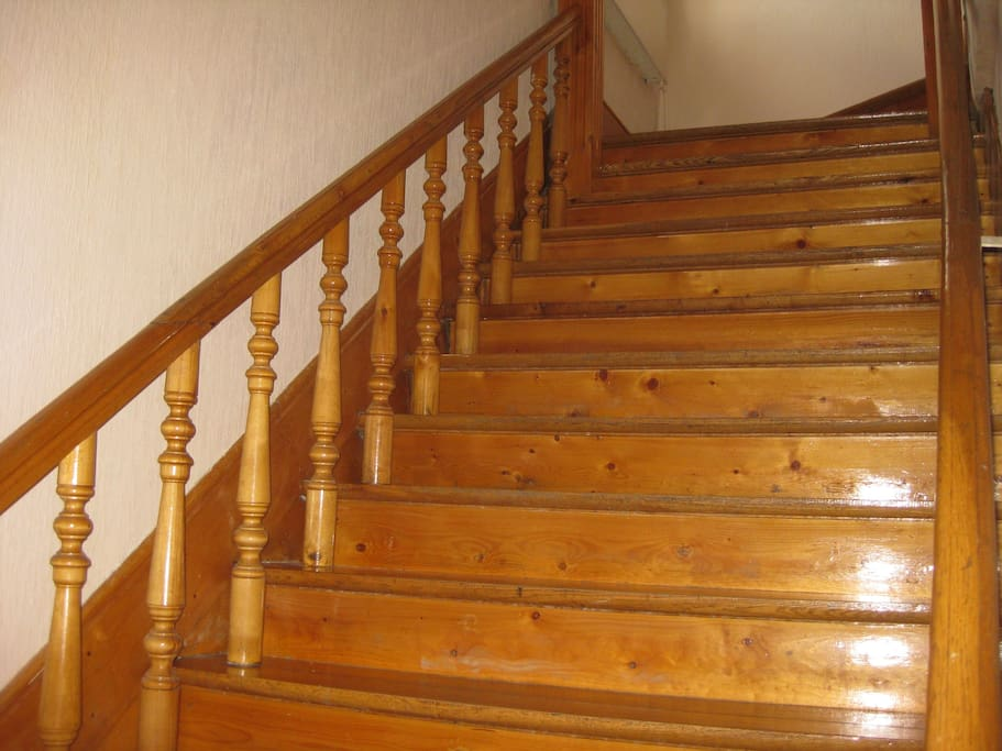 Шикарная лестница на второй этаж