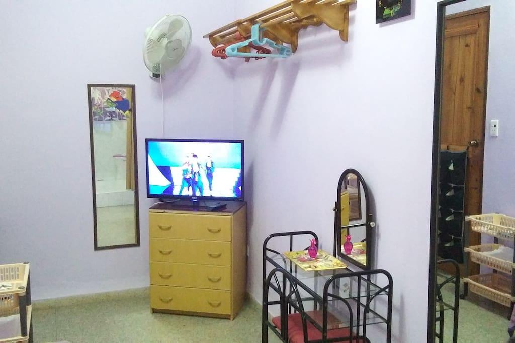 """La habitacion matrimonial tiene un televisor de 32 """""""