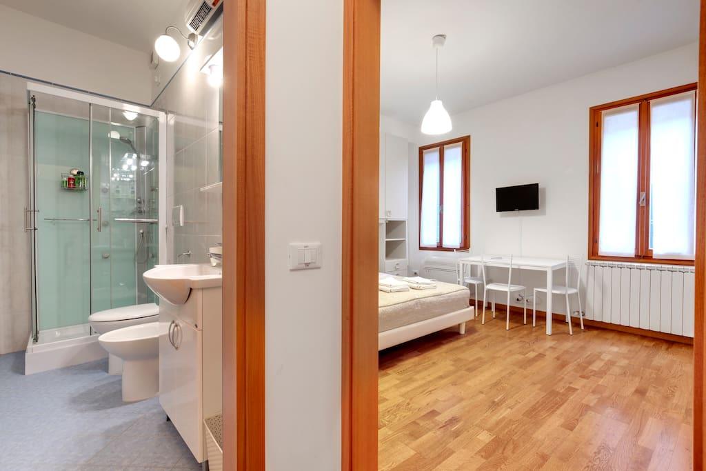 Camera doppia con angolo cucina + bagno con doccia