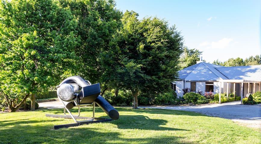 Giverny Art House in Sculpture Garden (4BRfor9)