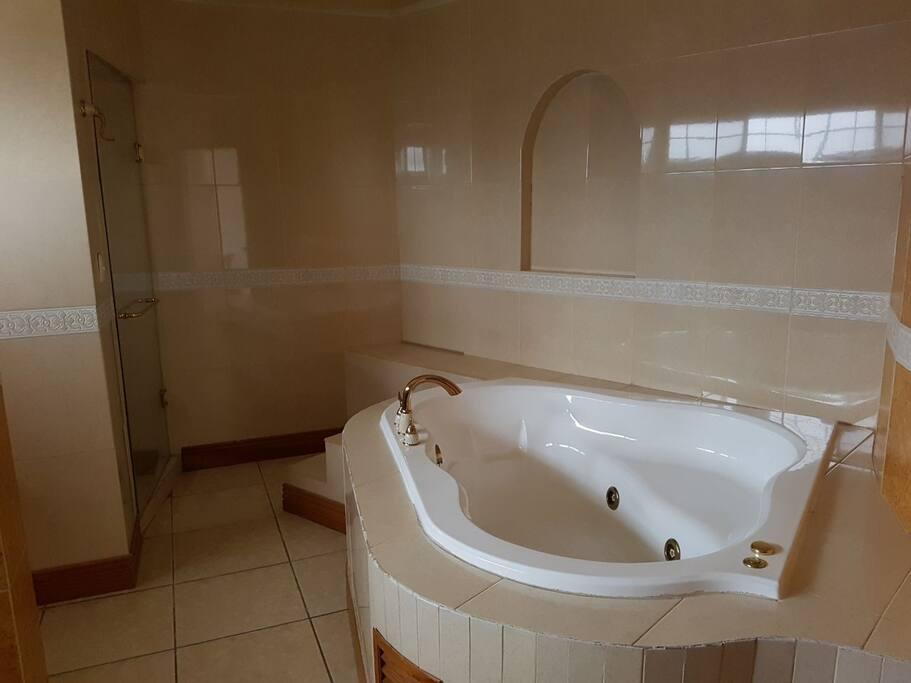 Baño con jacuzzi de la recámara principal