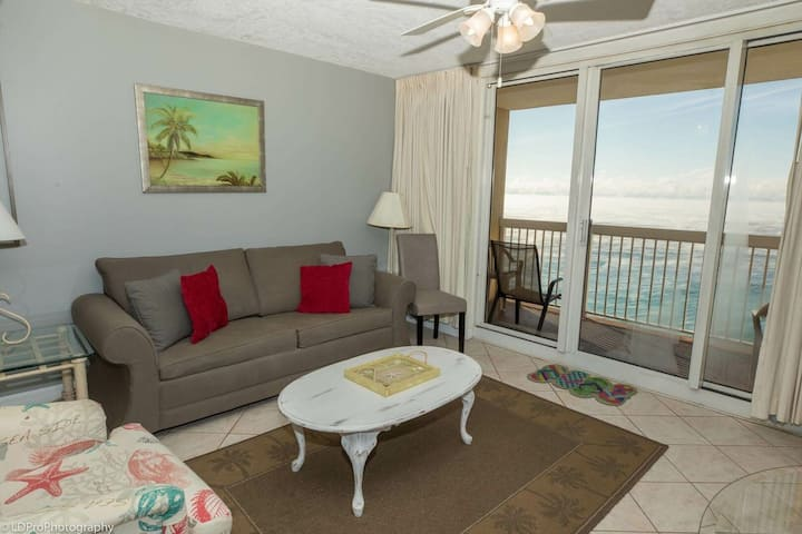 Pelican Beach 1811 is a Gulf front 1 BR that sleeps 6 - amazing views