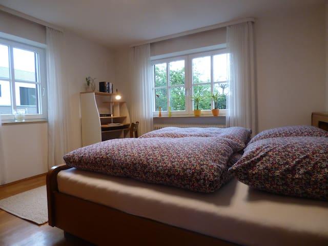 Classic-Room I, geräumiger Schlafraum mit Schreibtisch und großem Einbauschrank, Zustellmöglichkeit für Kinderbett