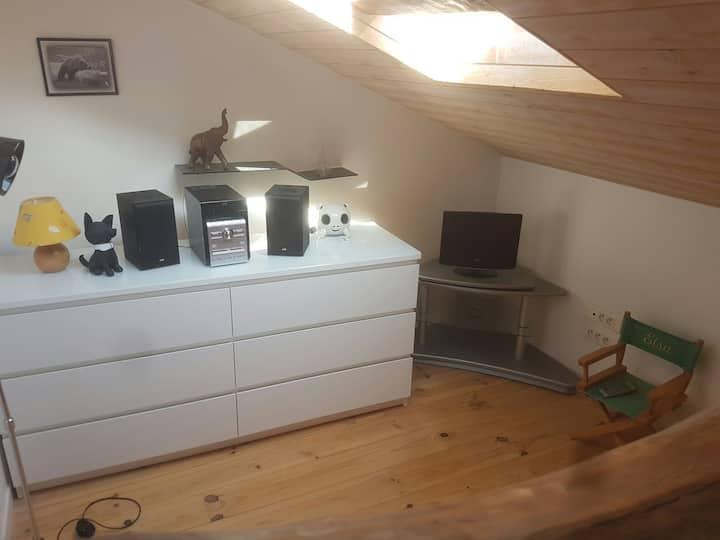 Chambre lumineuse avec coin bureau et détente