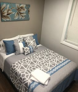 The Maywood Manor: Room 1 (Queen Bed, 2 Guests)