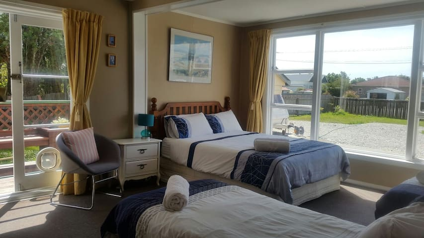 Deluxe Ensuite 1 Queen + 2 single /1-4 guest
