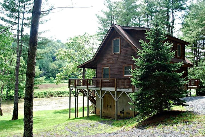 River Dreams End-Riverfront, Pet Friendly, Fire Pit, WIFI, Gas Fireplace, Hot Tub