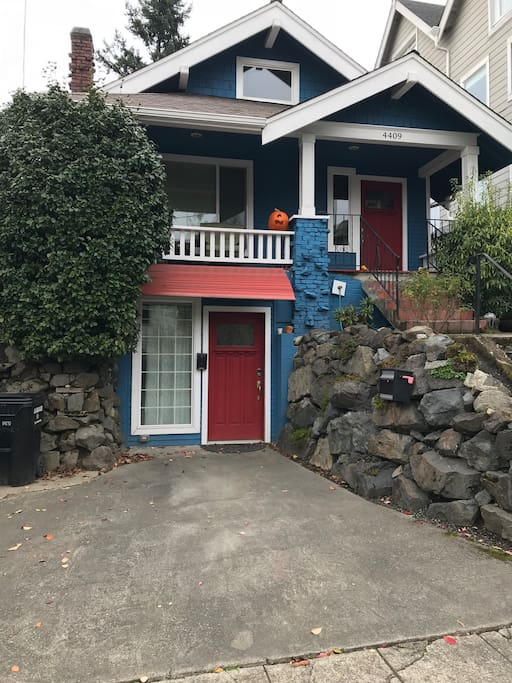 comfy apartment in the heart of wallingford guest suites for rent in seattle washington. Black Bedroom Furniture Sets. Home Design Ideas