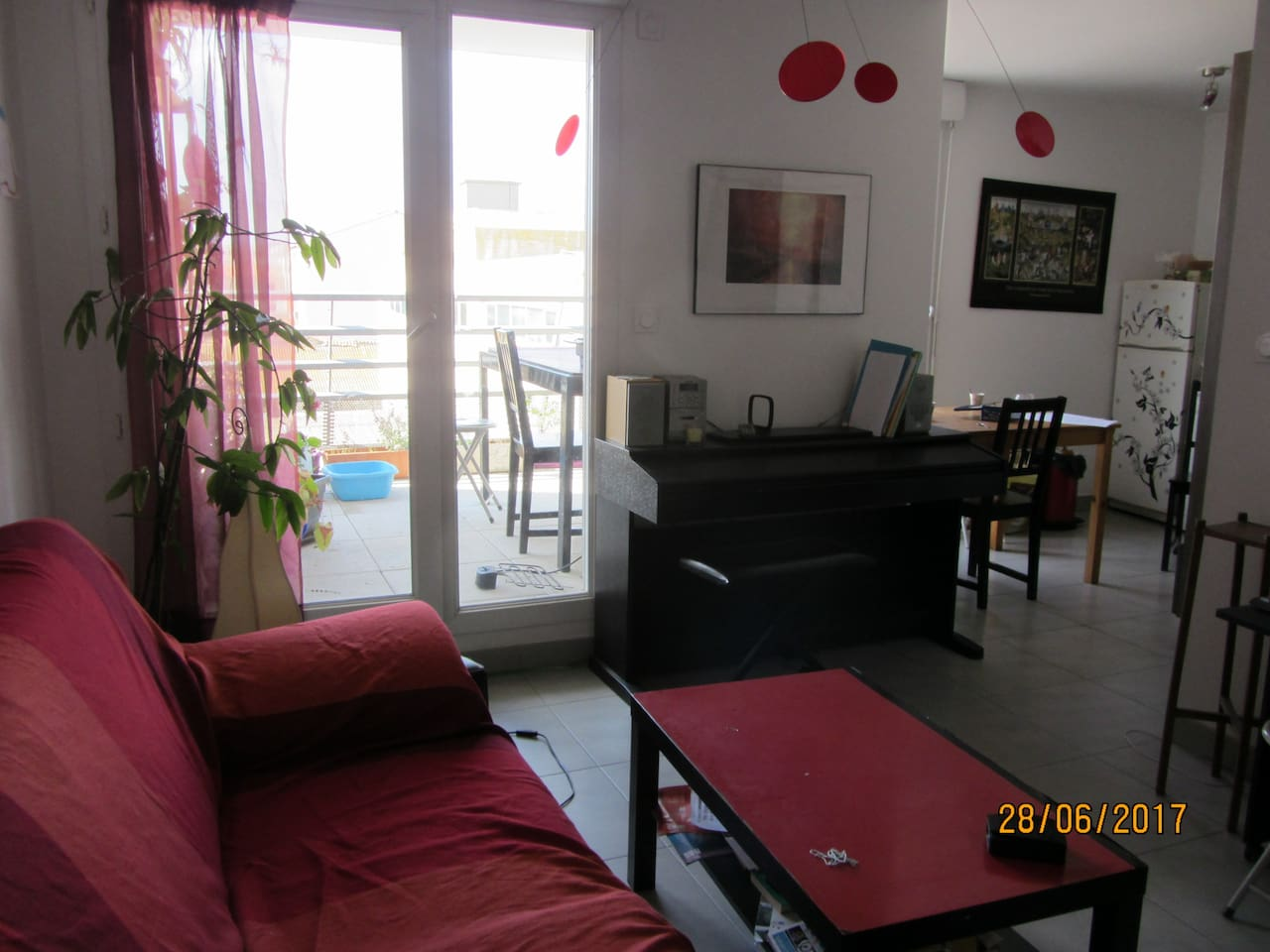 salon avec canapé convertible, chaine ifi, wifi