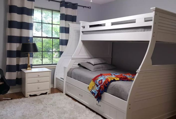 Quiet, Comfortable Room with Privacy with Bunk Bed
