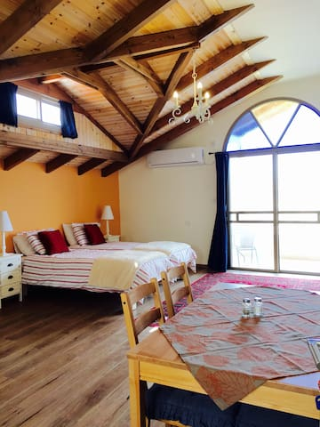 Off the Square Guesthouse 1 - Safed - Bed & Breakfast