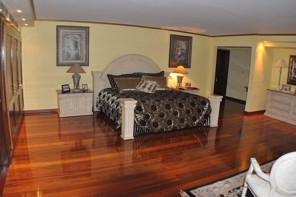 Amplisimo dormitorio con cama Super King Size