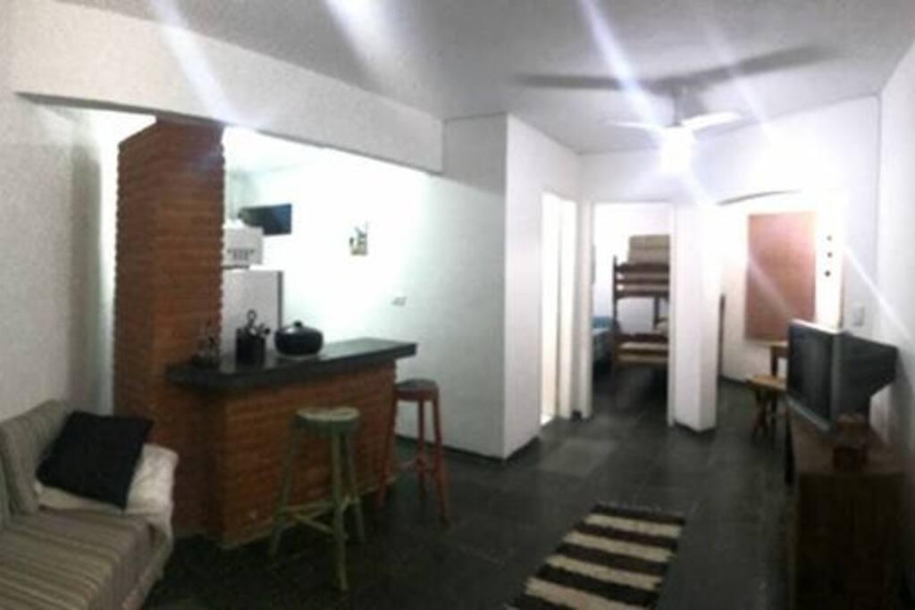 Sala de estar com sofá cama , televisão e 02 ventiladores de teto