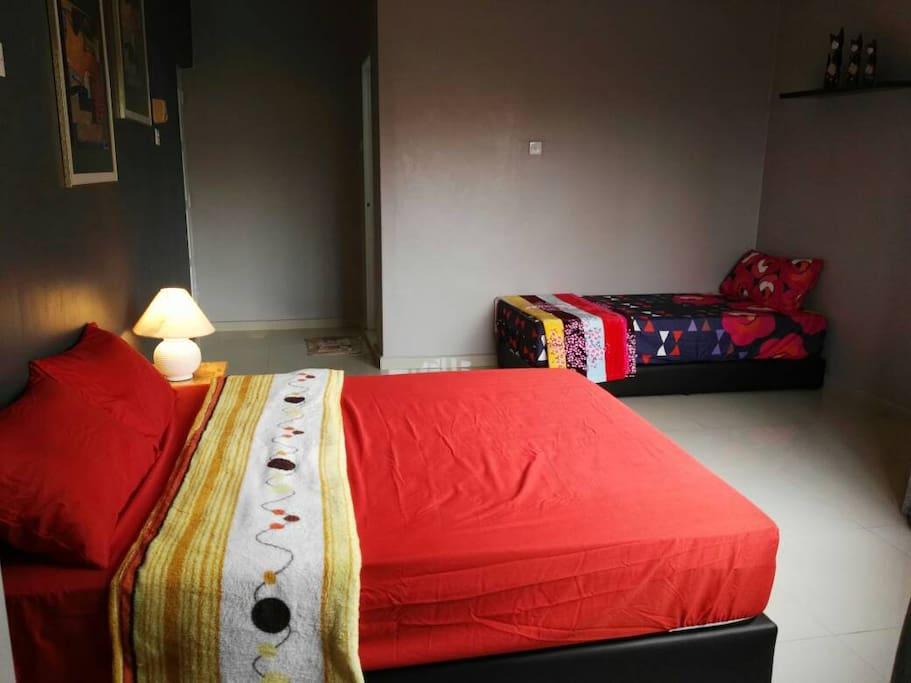 1 queen bed + 1 single bed in Master Bedroom