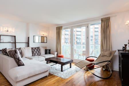 Spacious 2 Bed 2 Bath Canary Wharf w/ River Views - London - Apartemen